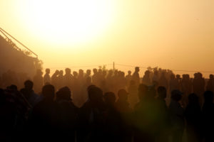 As the sun sets, hundreds line up for food at a transit camp near the Tunisia-Libya border. Credit: David Ohana/OCHA AVMU